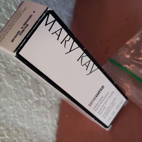 MK Timewise matte foundation Bronze4